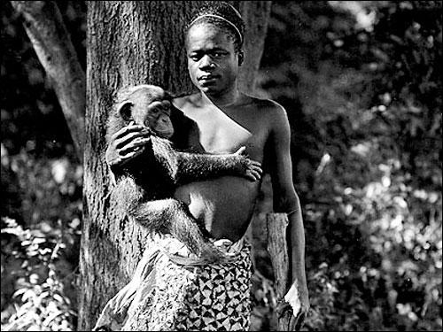 Ota Benga im Jahr 1906, vermutlich im Bronx Zoo.
